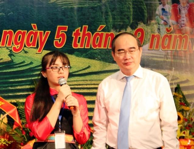 Ông Nguyễn Thiện Nhân phỏng vấn học sinh tại lễ khai giảng  - ảnh 2