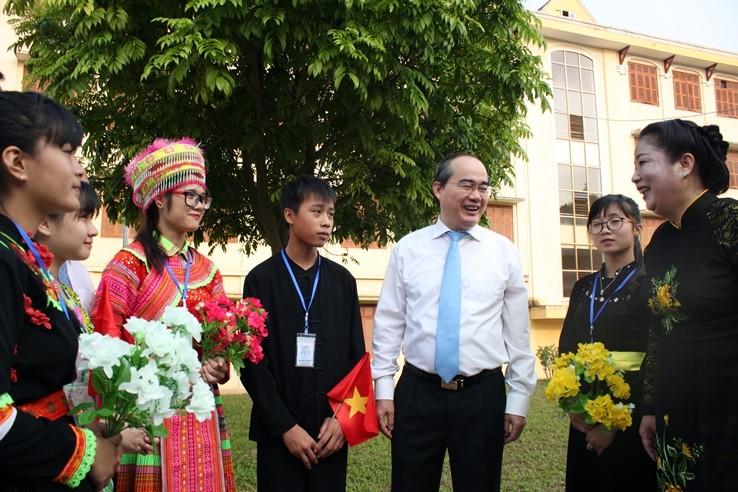 Ông Nguyễn Thiện Nhân phỏng vấn học sinh tại lễ khai giảng  - ảnh 1