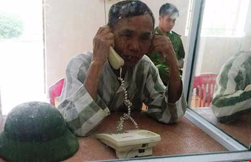 Ông Trần Văn Vót đang trò chuyện với con gái Trần Thị Chi. (Ảnh do gia đình ông Vót cung cấp)