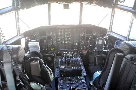 Bên trong buồng lái của C-130H.
