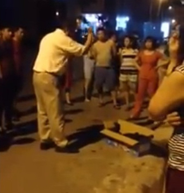 Can ngăn chó cắn nhau đến chết, người đàn ông bị đánh dã man - ảnh 1