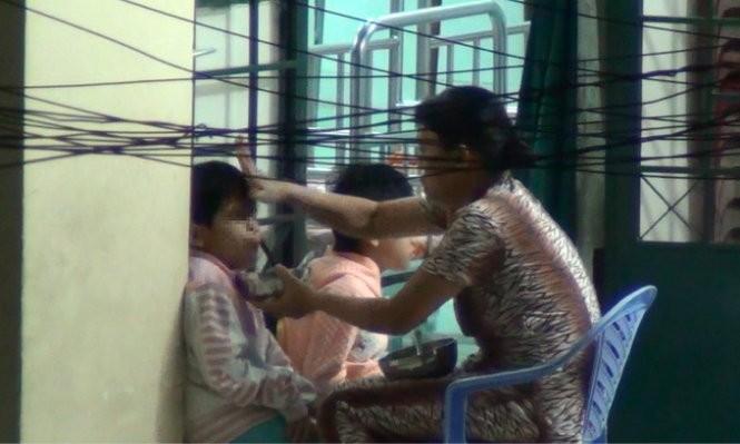 Trung tâm bảo trợ trẻ em hành hạ trẻ trong bữa ăn - ảnh 4