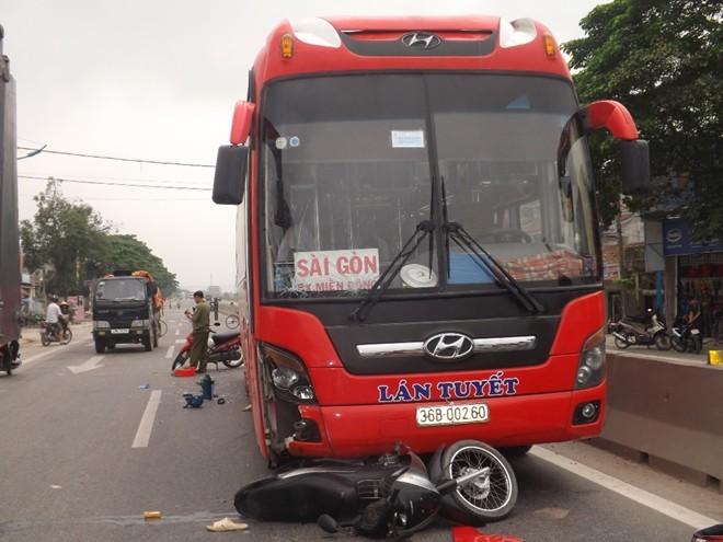 Hiện trường vụ tai nạn xe máy chui gầm xe khách.