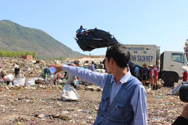 Anh Trần Văn Toàn chỉ chỗ mình chôn vật thể nghi là nguồn phóng xạ