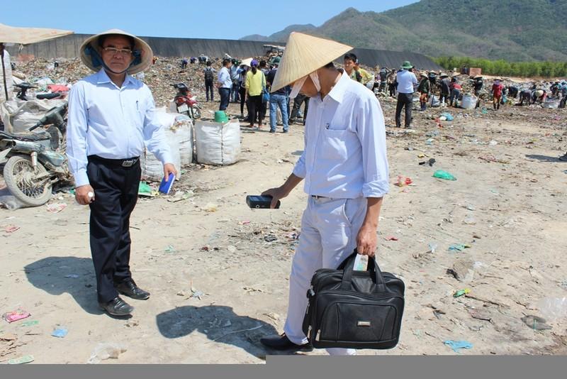 Cục trưởng Vương Hữu Tuấn (trái) đang chỉ đạo công tác dò tìm nguồn phóng xạ bị mất.