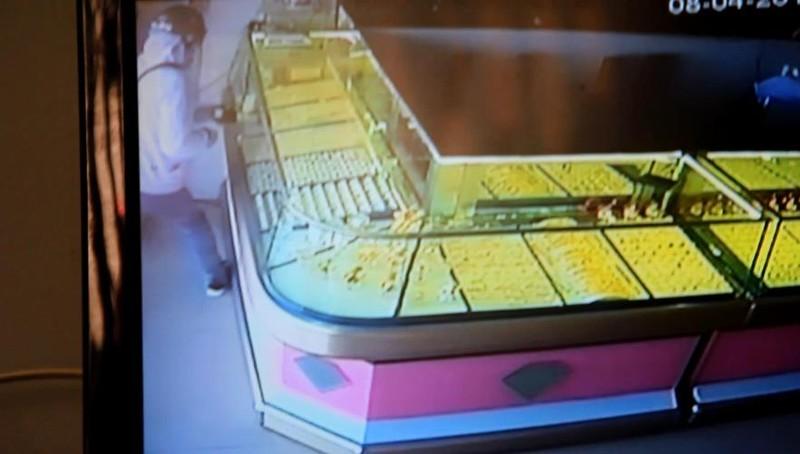 Trắng trợn dùng búa xông vào cướp tiệm vàng giữa trưa - ảnh 1