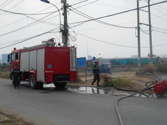 Lại cháy lớn ở bãi cỏ Quận 2 - ảnh 5