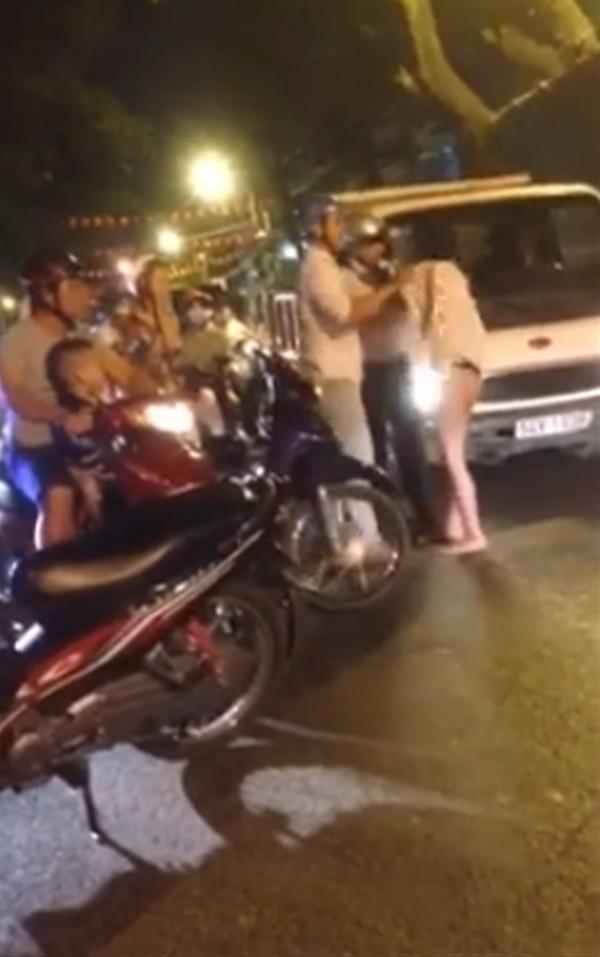 Thêm cô gái... không mặc đồ vừa đi vừa khóc tức tưởi giữa Sài Gòn - ảnh 3