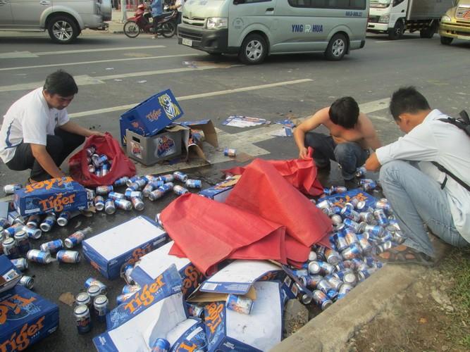 Kẹt xe nghiêm trọng từ Suối Tiên đến Bình Dương vì bia bị đổ vỡ đầy đường  - ảnh 1