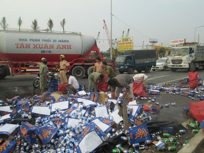 Kẹt xe nghiêm trọng từ Suối Tiên đến Bình Dương vì bia bị đổ vỡ đầy đường  - ảnh 6