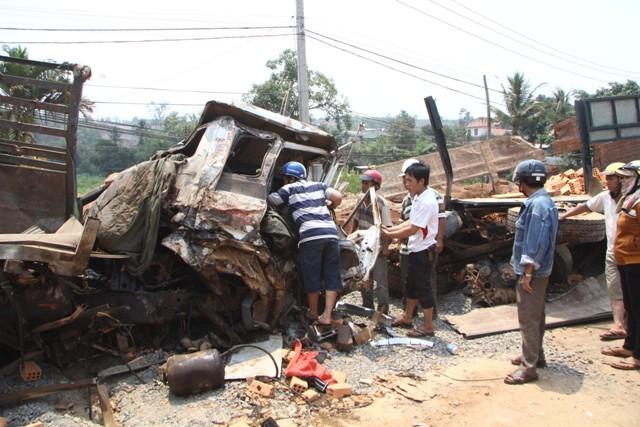 Kinh hoàng 2 xe tải đấu đầu, 6 người chết, 3 người bị thương - ảnh 1