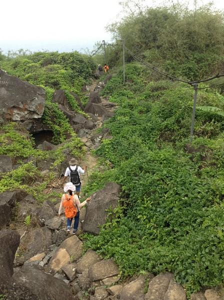 Cứu nạn 3 du khách Sài Gòn đi lạc trên núi Bà Đen trong đêm khuya - ảnh 1