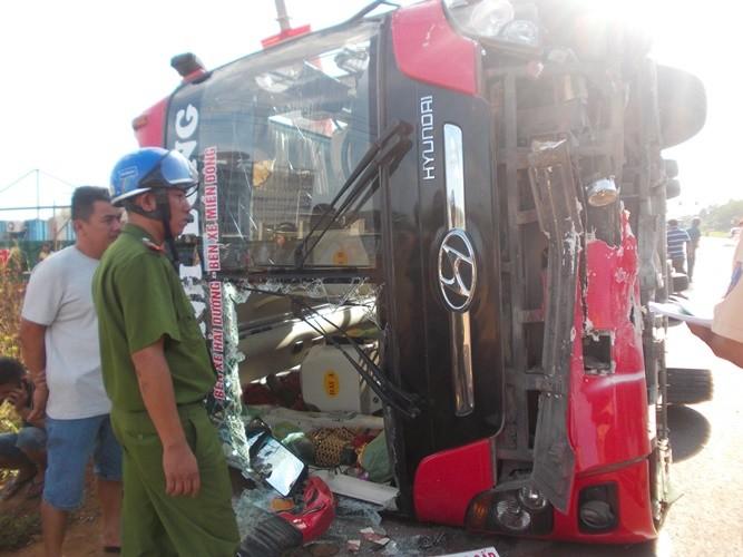 Hành khách hoảng loạn vì xe khách tông dải phân cách bị lật ngửa - ảnh 2