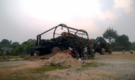 Hai chiếc xe chở gỗ bị người dân chặn lại