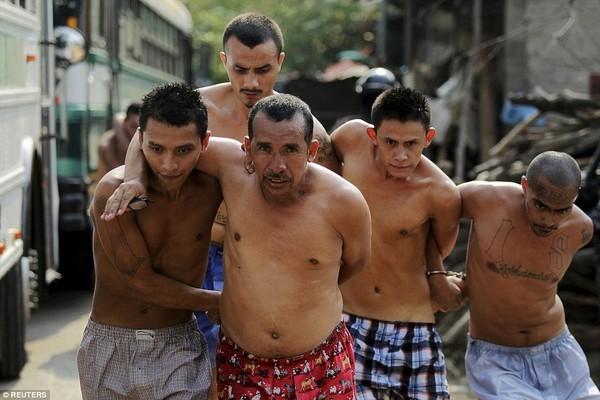 Trang bị vũ khí 'tới tận răng' để áp giải 1000 tù nhân nguy hiểm nhất Nam Mỹ - ảnh 7