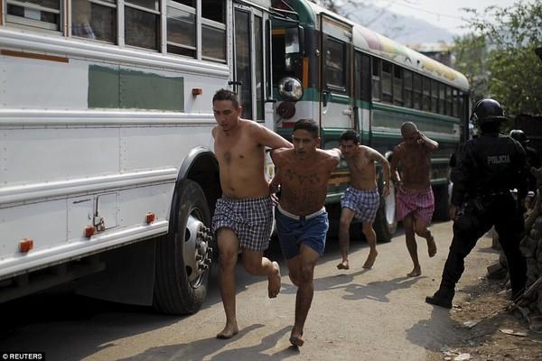 Trang bị vũ khí 'tới tận răng' để áp giải 1000 tù nhân nguy hiểm nhất Nam Mỹ - ảnh 8