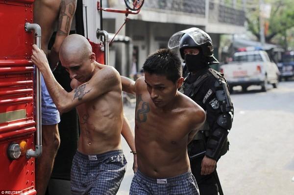 Trang bị vũ khí 'tới tận răng' để áp giải 1000 tù nhân nguy hiểm nhất Nam Mỹ - ảnh 14