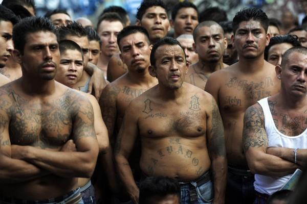 Trang bị vũ khí 'tới tận răng' để áp giải 1000 tù nhân nguy hiểm nhất Nam Mỹ - ảnh 1