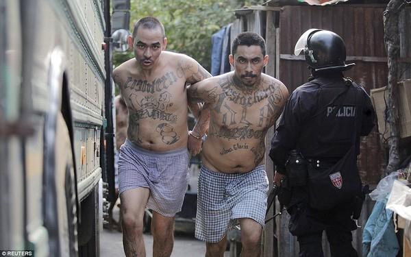 Trang bị vũ khí 'tới tận răng' để áp giải 1000 tù nhân nguy hiểm nhất Nam Mỹ - ảnh 3