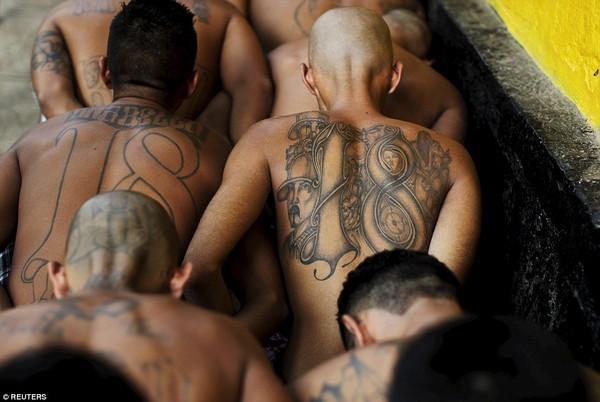 Trang bị vũ khí 'tới tận răng' để áp giải 1000 tù nhân nguy hiểm nhất Nam Mỹ - ảnh 4