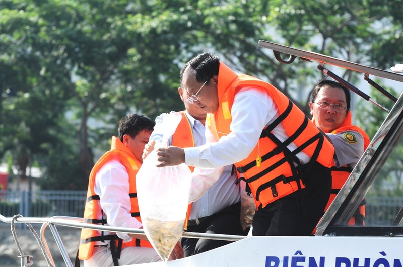 Phó Chủ tịch UBND TP Tất Thành Cang tham gia đợt thả trên kênh Tàu Hũ - Bến Nghé