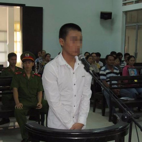 Luật sư vắng mặt, bị cáo 14 tuổi phạm tội giết người muốn được tự bào chữa - ảnh 1