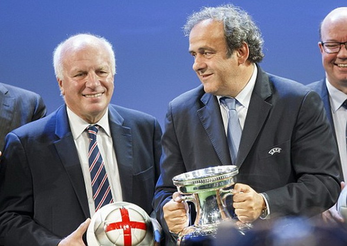 Chủ tịch UEFA Michel Platini (phải)