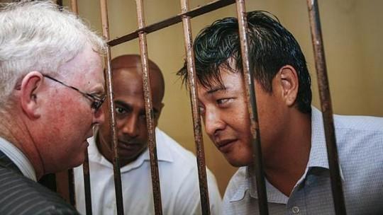 Andrew Chan (phải) and Myuran Sukumaran (giữa) nói chuyện với luật sư tại nhà tù ở Indonesia. Ảnh: EPA
