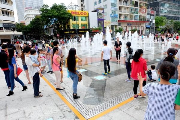 Vô tư đùa giỡn ở đài phun nước phố đi bộ Sài Gòn bất chấp bảo vệ nhắc nhở - ảnh 1