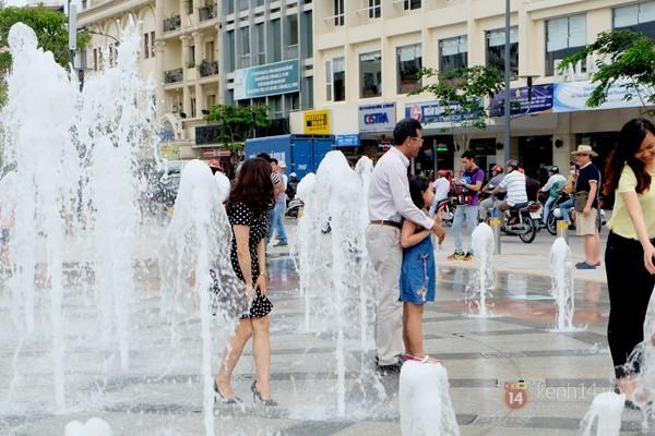 Vô tư đùa giỡn ở đài phun nước phố đi bộ Sài Gòn bất chấp bảo vệ nhắc nhở - ảnh 4