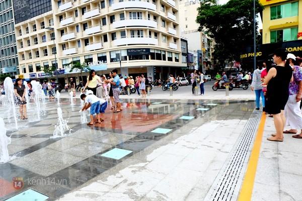 Vô tư đùa giỡn ở đài phun nước phố đi bộ Sài Gòn bất chấp bảo vệ nhắc nhở - ảnh 2