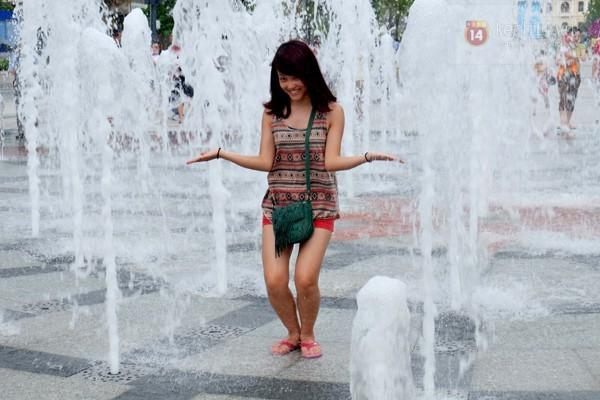 Vô tư đùa giỡn ở đài phun nước phố đi bộ Sài Gòn bất chấp bảo vệ nhắc nhở - ảnh 7