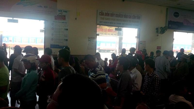 Ga Đà Nẵng quá tải, hàng ngàn khách đứng chen nhau chờ mua vé - ảnh 1