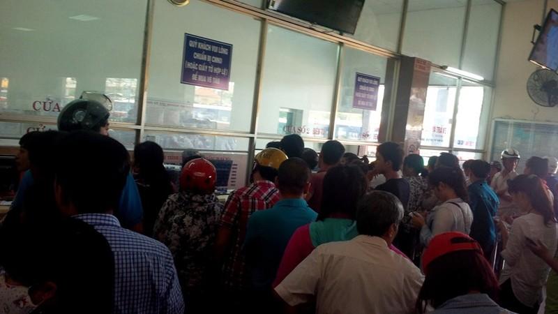 Ga Đà Nẵng quá tải, hàng ngàn khách đứng chen nhau chờ mua vé - ảnh 2