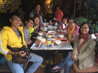 Các bạn người Việt tại quán Pho 99 vào trưa ngày 28/4.