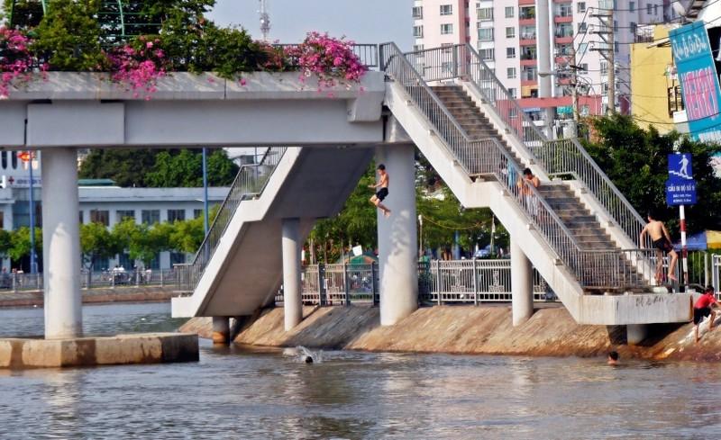 Cảnh báo: Trẻ em Sài Gòn nhảy cầu mạo hiểm - ảnh 1