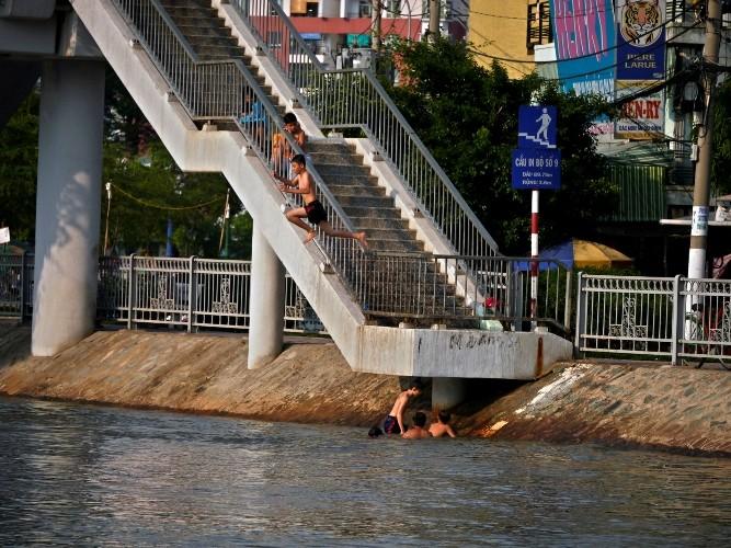 Cảnh báo: Trẻ em Sài Gòn nhảy cầu mạo hiểm - ảnh 2
