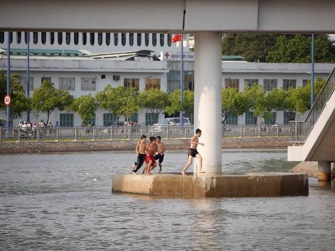 Cảnh báo: Trẻ em Sài Gòn nhảy cầu mạo hiểm - ảnh 3