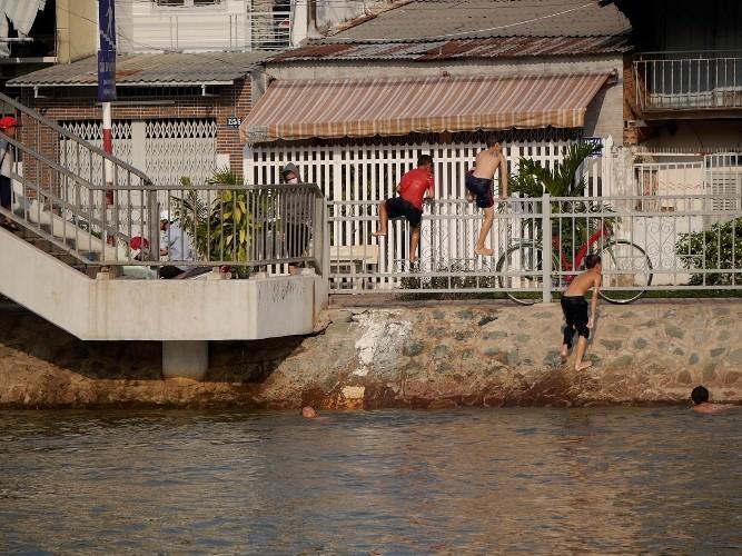 Cảnh báo: Trẻ em Sài Gòn nhảy cầu mạo hiểm - ảnh 6