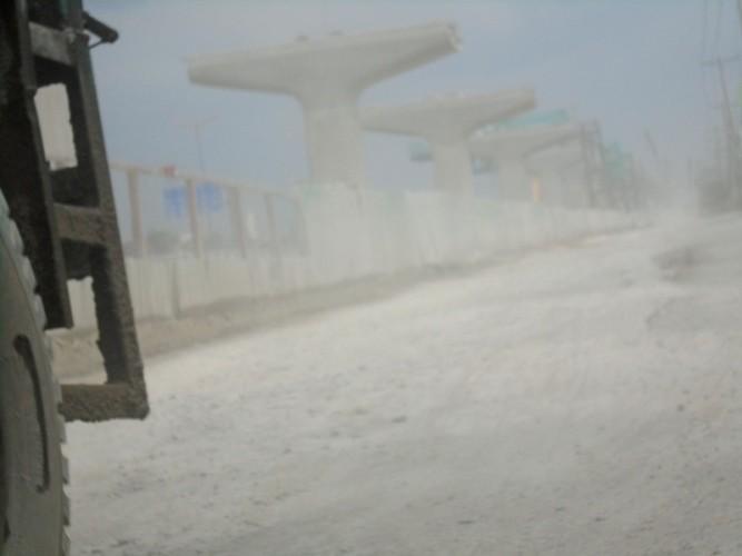 Ngộp thở vì khói bụi ô nhiễm tại xa lộ Hà Nội - ảnh 1