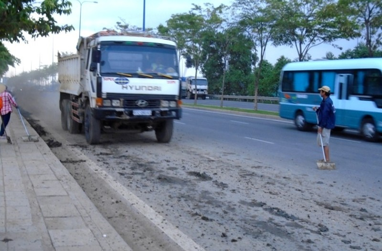 Ngộp thở vì khói bụi ô nhiễm tại xa lộ Hà Nội - ảnh 7