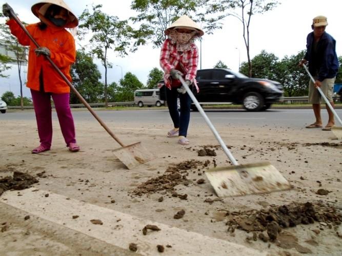 Ngộp thở vì khói bụi ô nhiễm tại xa lộ Hà Nội - ảnh 9