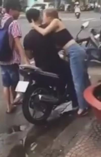 Bùng phát 'đè người lạ hôn môi' - Kiss Cam phản cảm tại Việt Nam - ảnh 2