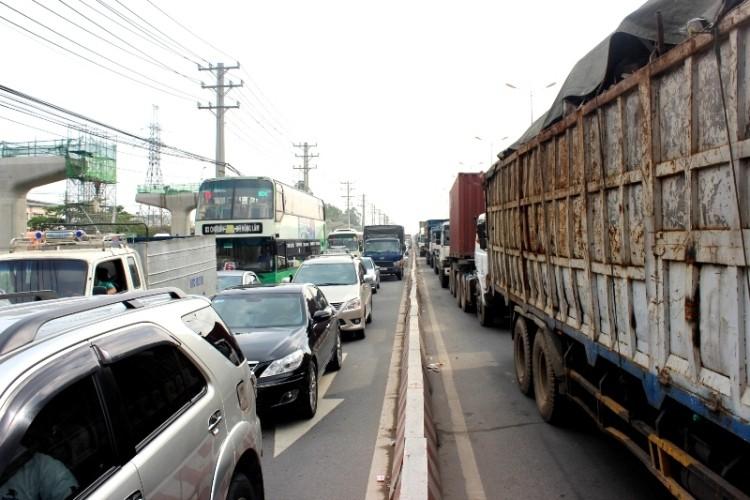 Hàng ngàn phương tiện kẹt cứng trên xa lộ Hà Nội - ảnh 3