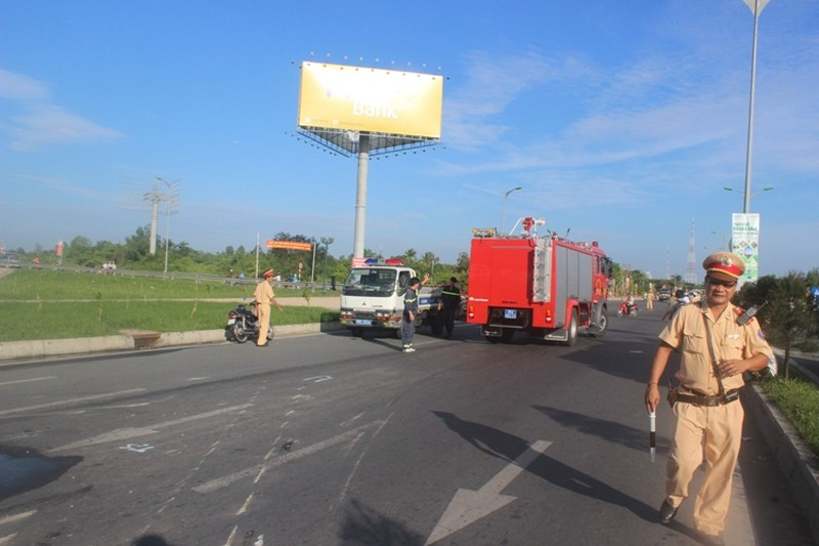 Xe chở hóa chất bị lật, giao thông ách tắc cả tiếng đồng hồ - ảnh 4