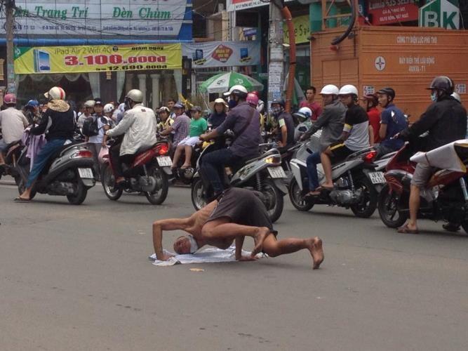 Kẹt xe nghiêm trọng vì người đàn ông trồng chuối… giữa đường - ảnh 1