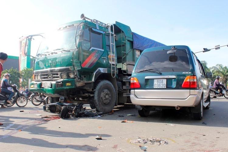 Chở ba bị xe tải tông, 1 người chết, 2 người nguy kịch - ảnh 1