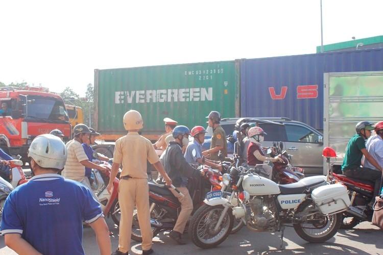 Chở ba bị xe tải tông, 1 người chết, 2 người nguy kịch - ảnh 2