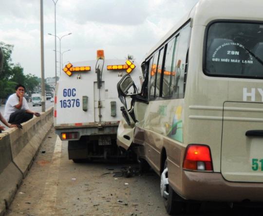 Không thấy đường vì bụi mù mịt, xe khách tông xe… dọn vệ sinh - ảnh 1