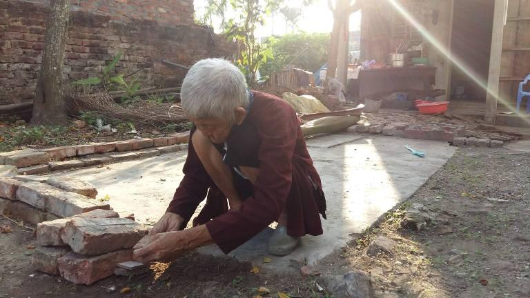 Cụ bà 93 tuổi bị con trai đánh đập dã man bằng cán chổi - ảnh 1